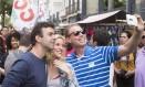 O candidato a prefeito do Rio Marcelo Freixo tira selfie com eleitor durante evento de campanha na feira da Rua do Lavradio, no Centro do Rio Foto: Antônio Scorza / Agência O Globo