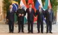 O presidente chinês Xi Jiping (ao centro) posa com o presidente Michel Temer, o premier indiano, Narendra Modi, e os presidente da Rússia, Vladimir Putin, e da África do Sul, Jacob Zuma, após reuinão dos líderes dos BRICS