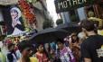 Imagem de Madre Teresa exibida em uma das ruas de Calcutá