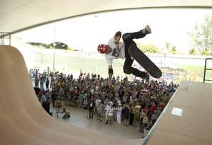 Uma das maiores pistas públicas de skatehalfpipe do mundo foi instalada no Parque Madureira Foto: Márcia Foletto / Agência O Globo
