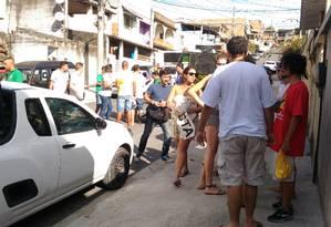 Manifestante de blusa verrmelha com o saco de ovos na mão: grupo de dez pessoas protestou contra Pedro Paulo, candidato à prefeitura do Rio pelo PMDB Foto: Ruben Berta