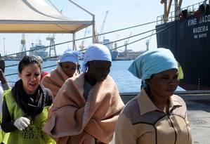 Migrantes nigerianas desembarcam em porto na Sicília Foto: Alessandro Fucarini / AP