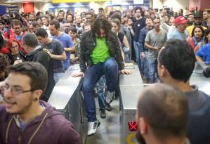 Durante a confusão, manifestantes pularam a catraca da estação Faria Lima o metrô de São Paulo Foto: Pedro Kirilos / Agência O Globo