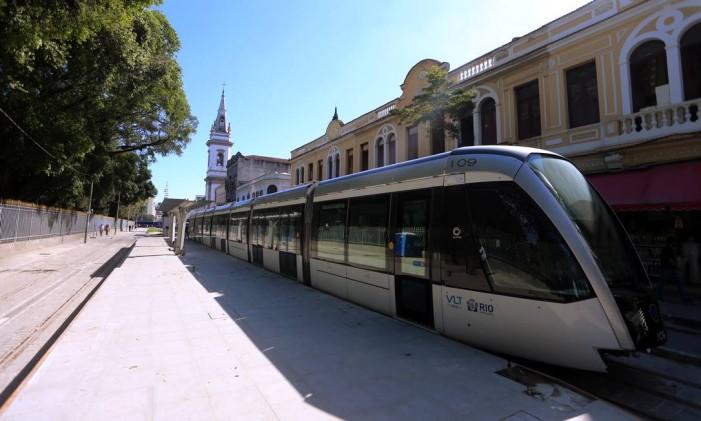 O trem do VLT parado no Campo de Santana, no trecho entre a Central do Brasil e a Praça Quinze Foto: Fabiano Rocha / Agência O Globo
