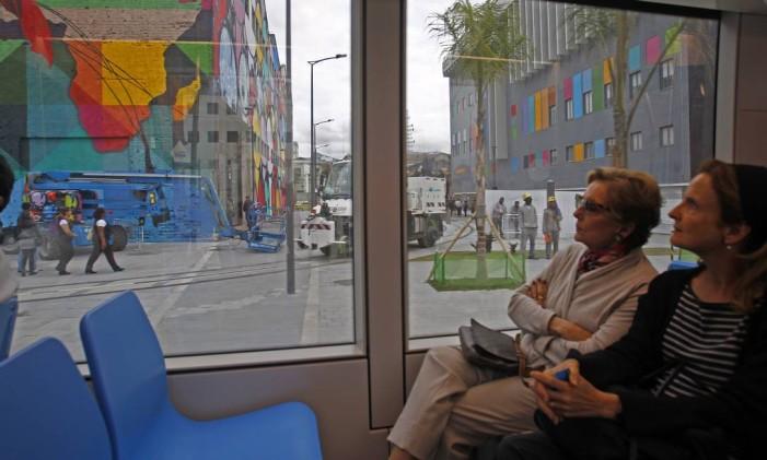 Passageiras observam grafietes da Praça Mauá dentro do VLT Foto: Luiz Ackermann / Agência O Globo