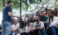 Indio da Costa em conversa com jovens do Complexo Alemão