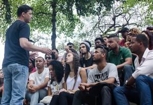 Indio da Costa em conversa com jovens do Complexo Alemão Foto: Divulgação