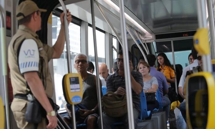 Passageiros dentro do VLT Foto: Rafael Moraes / Agência O Globo