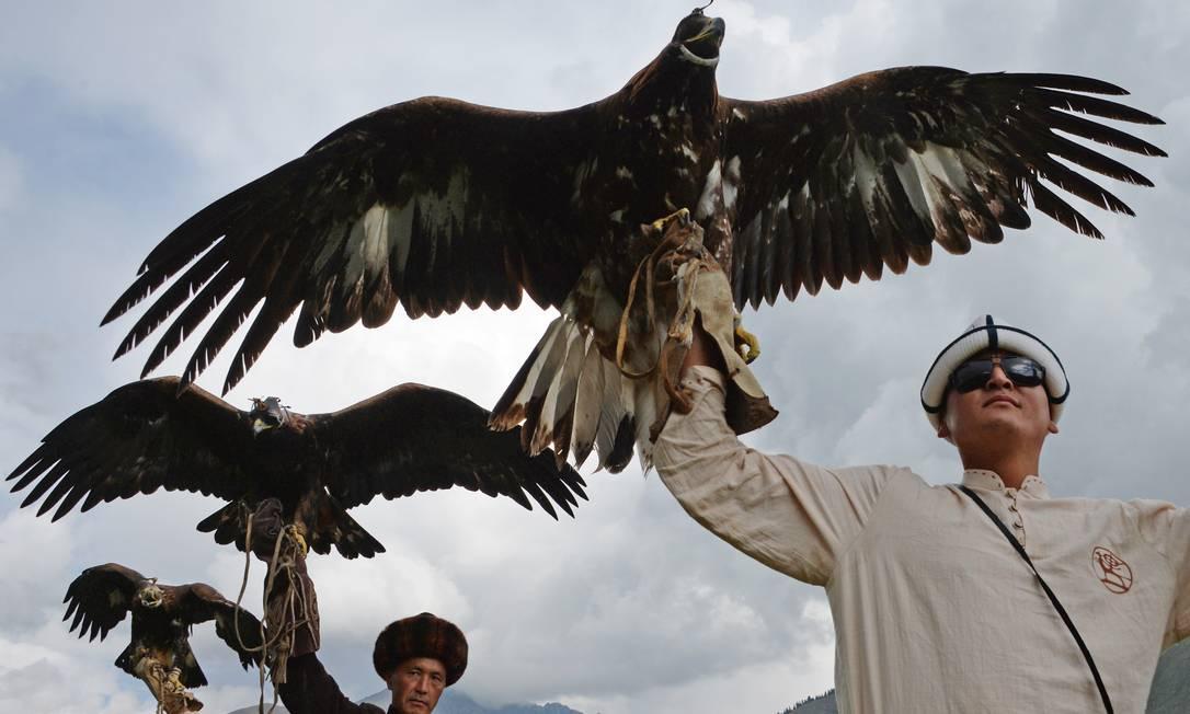 Berkutchis (caçadores que utilizam águias) com seus pássaros, durante os Jogos Mundiais dos povos Nômades 2016, em Kyrchin, cerca de 300 km de Bisqueque, Capital do Quirguistão VYACHESLAV OSELEDKO / AFP
