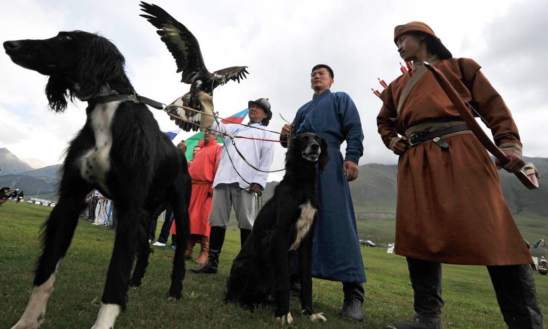 Berkutchis (caçadores que utilizam águias) com seus pássaros, durante os Jogos Mundiais dos povos Nomades, 2016, em Kyrchin, cerca de 300 km de Bisqueque, Capital do Quirguistão VYACHESLAV OSELEDKO / AFP