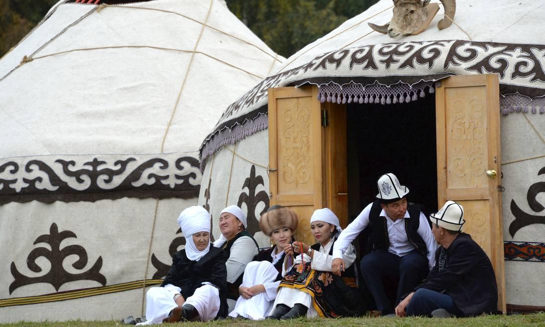Quirguizes descansam em frente as yurtas (barracas de nômades) durante os Jogos Mundiais de 2016, em Kyrchin, cerca de 300 kms da capital Bisqueque VYACHESLAV OSELEDKO / AFP