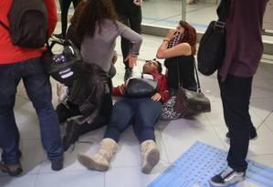 Usuários do metrô Faria Lima passam mal após policiais militares usarem bombas de efeito moral em protesto contra Michel Temer Foto: Pedro Kirilos / Agência O Globo