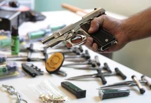 Pistola 380 da Taurus apreendida pela polícia de Brasília em 2015 Foto: Michel Filho / Agência O Globo