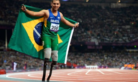 Orgulho. Alan Fonteles, com a bandeira do Brasil, após ganhar os 200 metros do atletismo T44, nos Jogos Paralímpicos de Londres Foto: Adrian Dennis 02/09/2012 / AFP