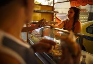 Renda menor. Mayra Ribeiro vende salgadinhos. Depois que o marido perdeu o emprego, é a única renda da família Foto: Daniel Marenco