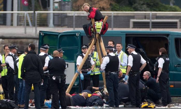Grupo de combate ao racismo invade pista de aeroporto de Londres