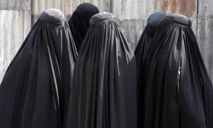Ex-ministro do exterior britânico, Boris Johnson, afirmou que as burcas deixam as mulheres parecendo assaltante de bancos e que não deveriam ser banidas