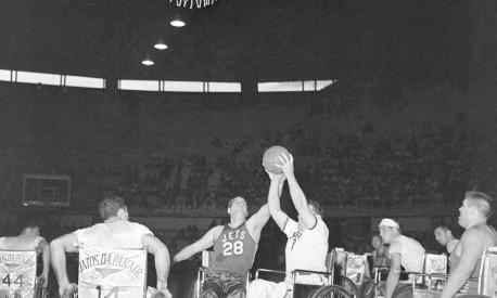 Pioneiros. Jogadores do Pan Am Jets disputam a bola no Maracanãzinho: viagens da equipe divulgaram o basquete em cadeira de rodas Foto: 27/04/1957 / Agência O Globo