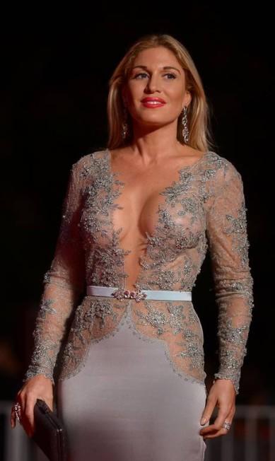 A modelo Hofit Golan usou decote revelador no Festival de Veneza. FILIPPO MONTEFORTE / AFP