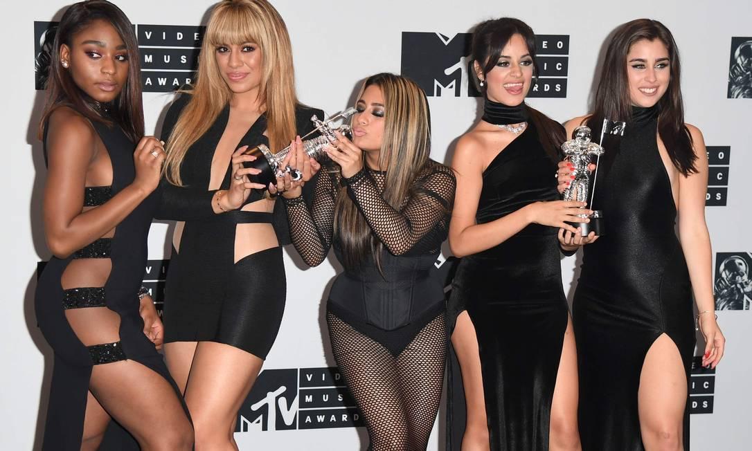 No MTV Video Music Awards, as meninas da banda Fifth Harmony apostaram em fendas, decotes, transparência. ANGELA WEISS / AFP