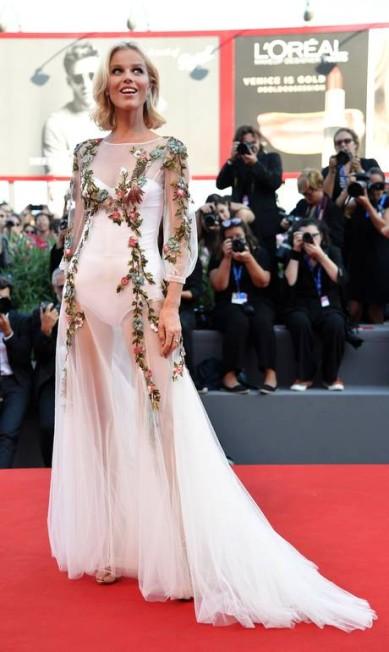 O look da supermodelo Eva Herzigova, no Festival de Veneza, até era romântico, mas tinha uma transparência providencial. TIZIANA FABI / AFP