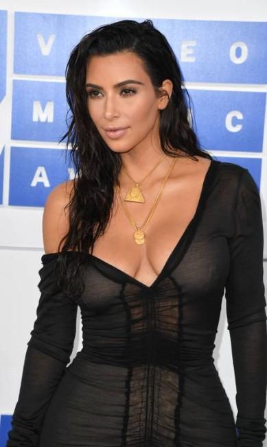 O decote poderoso de Kim Kardashian no MTV Video Music Awards, ganhou um toque de luxo ao surgir adornado por colares de ouro, da joalheria Jacob the Jeweler ANGELA WEISS / AFP