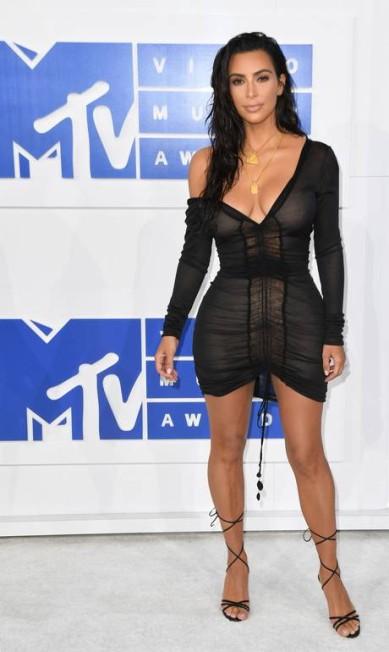 A visão completa do look de Kim Kardashian. ANGELA WEISS / AFP