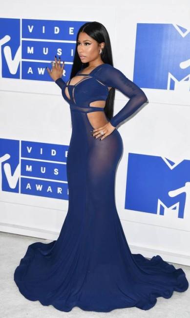 No MTV Video Music Awards, Nicki Minaj apostou no poder da transparência, recortes e decote. ANGELA WEISS / AFP