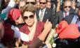 A ex-presidente Dilma Rousseff cumprimenta militantes ao deixar o Palácio da Alvorada