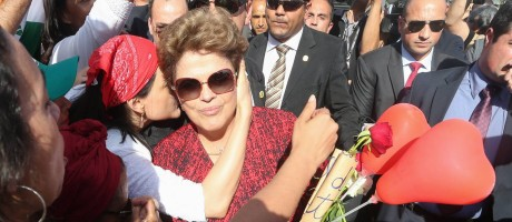 A ex-presidente Dilma Rousseff cumprimenta militantes ao deixar o Palácio da Alvorada Foto: André Coelho / Agência O Globo