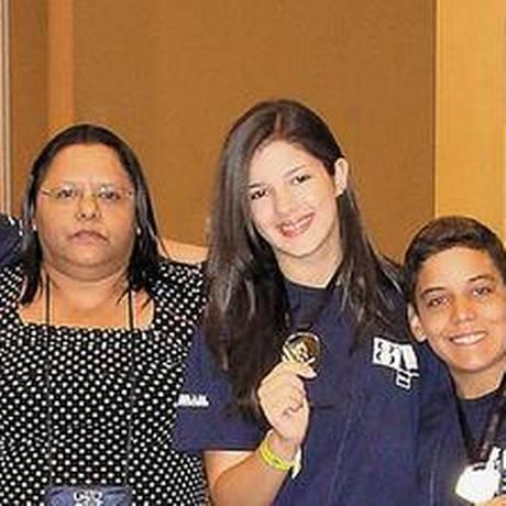 Professora Jonilda (ao centro) cercada por alunos medalhistas da Olimpíada de Matemática do Impa Foto: Divulgação