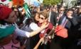A ex Presidente Dilma Rousseff cumprimenta militantes ao deixar o Palácio da Alvorada