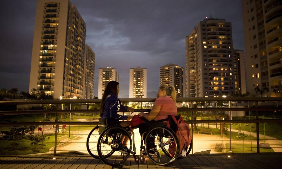 As tenistas Dana Mathewson, dos EUA, e Louise Hunt, da Grã-Bretanha conversam na Vila Paralímpica Monica Imbuzeiro / Agência O Globo
