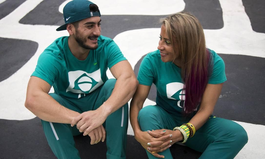 A velocista brasileira Terezinha Guilhermina conversa com seu treinador Rafael Monica Imbuzeiro / Agência O Globo