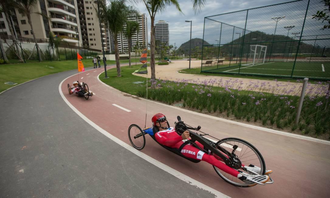 Ciclistas treinam na ciclovia da Vila Paralímpica Al Tielemans for OIS/IOC / AP