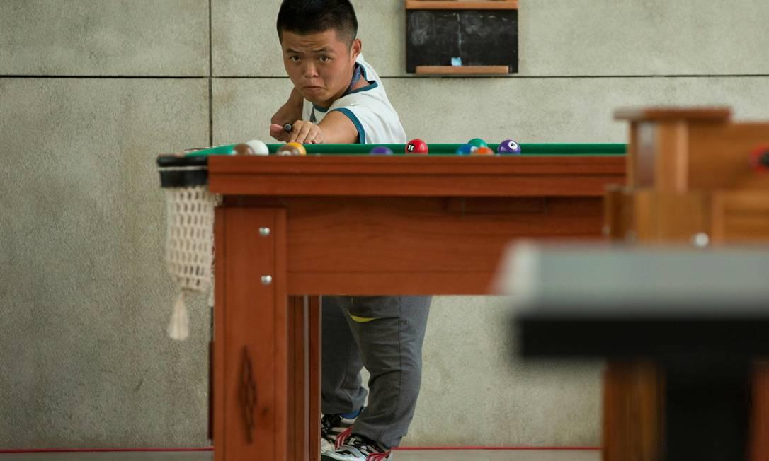 O chinês Wang Wei joga sinuca na Vila Paralímpica AL TIELEMANS FOR OIS/IOC / AFP