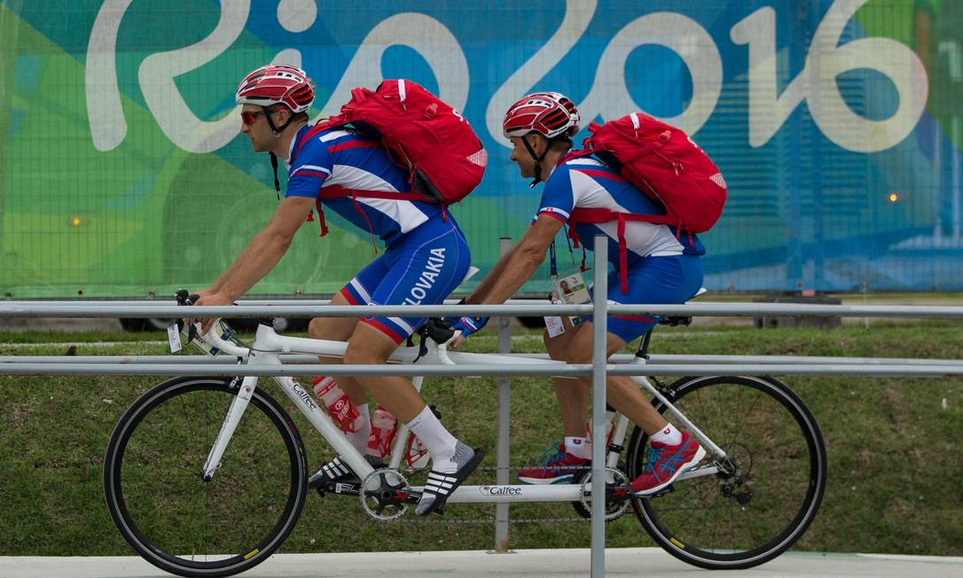 Dupla da Eslováquia pedala junto na Vila Paralímpica AL TIELEMANS FOR OIS/IOC / AFP
