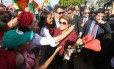 A ex-presidente Dilma Rousseff fala com militantes ao deixar, nesta terça-feira, o Palácio da Alvorada