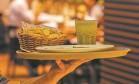 Garçom num restaurante na Zona Sul: comerciantes do setor temem que medida do governo provoque desemprego e alta nos preços para o consumidor Foto: Guilherme Leporace