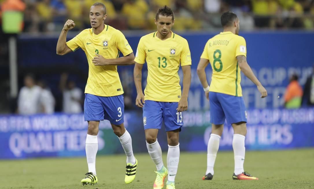 Miranda comemora o gol do Brasil que abriu o placar no jogo contra o Colômbia Foto: Andre Penner / AP