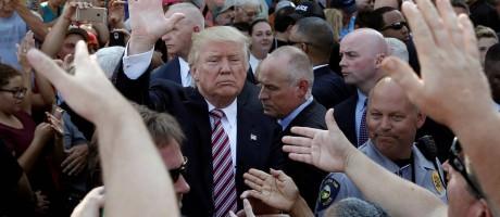 Donald Trump cumprimenta simpatizantes durante campanha em Canfield, Ohio Foto: MIKE SEGAR / REUTERS