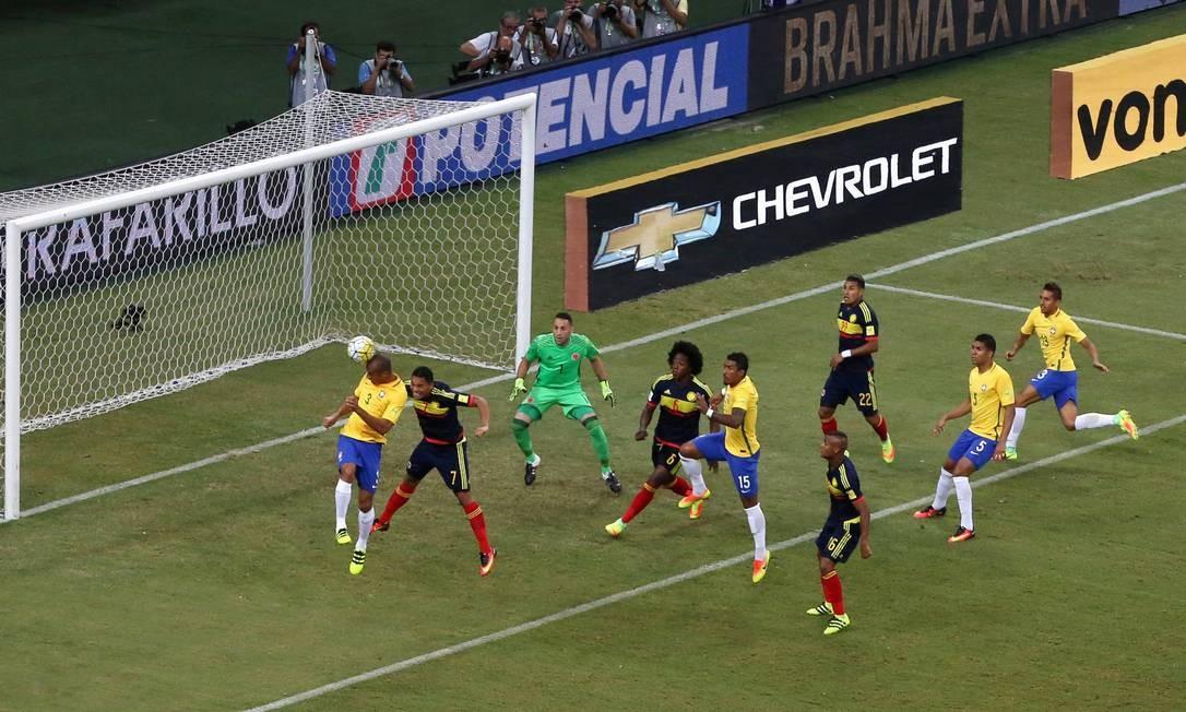 Miranda cabeceia para marcar o gol do Brasil sobre a Colômbia em Manaus Foto: PAULO WHITAKER / REUTERS