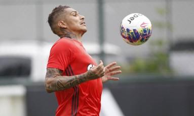 Guerrero mata bola em treino do Fla. Clube quer ter o atacante peruano contra o América-MG Foto: Gilvan de Souza/Flamengo / Divulgação/Gilvan de Souza 29.1.2016