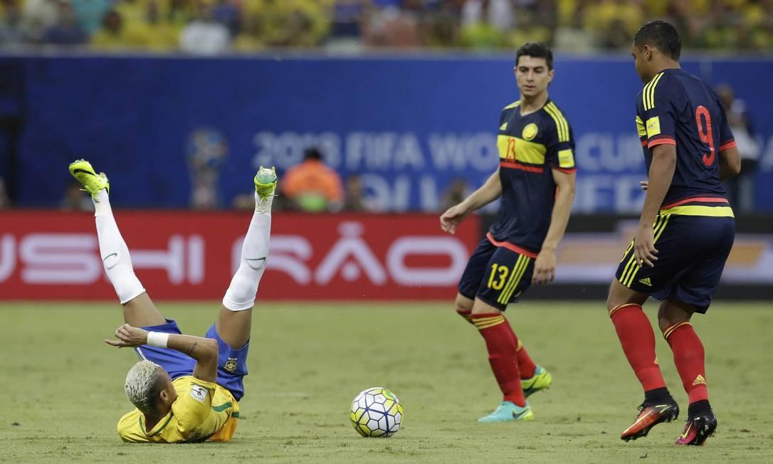 Neymar cai sentado durante disputa de bola com a marcação colombiana Foto: Leo Correa / AP