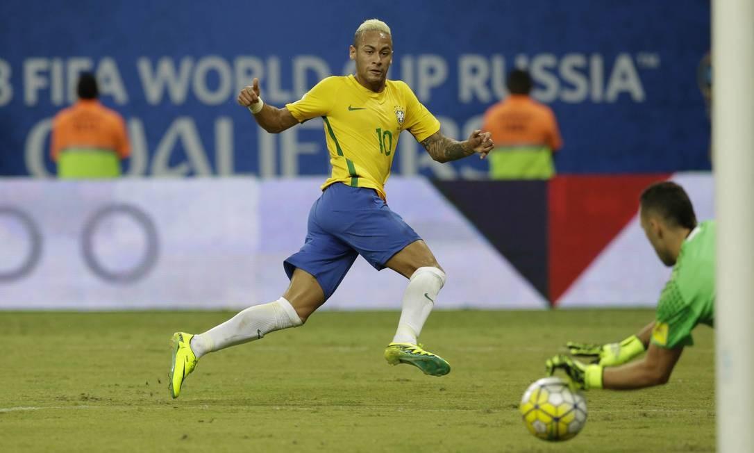 Ospina fez boa defesa em chute de Neymar no primeiro tempo Foto: Leo Correa / AP