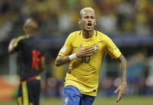 Neymar bate no peito para comemorar o gol da vitória do Brasil sobre a Colômbia Foto: Andre Penner / AP