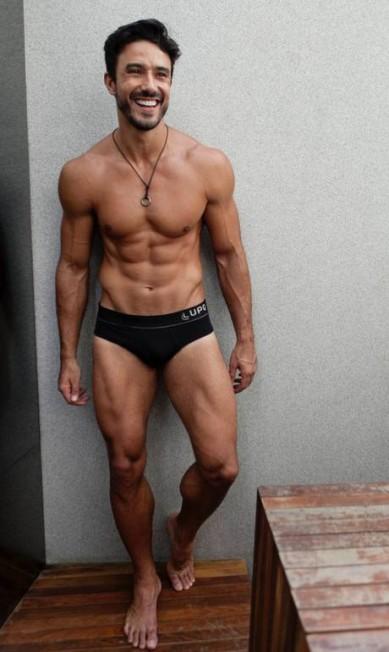 Com 1,89 cm de altura e 94 quilos, o modelo paulista Lucas Gil (que diz ser fora dos padrões de passarela), virou o corpo do momento na moda. Depois de ti-ti-ti nos desfiles de verão, ele posou de cueca para marcas do Brasil e da Europa Arquivo Pessoal