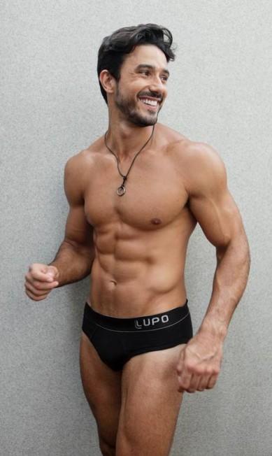 """Aos 32 anos, Lucas conta que tenta administrar as carreiras de modelo, ator e empresário. Nesta temporada, ele posou de cueca para a Lupo, marca que também tem Cauã Reymond como astro: """"Mas não existe concorrência. Cauã é referência. E tem o mesmo perfil que eu: moreno, de praia Arquico Pessoal"""
