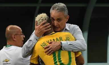 Tite abraça Neymar após a vitória da seleção sobre a Colômbia em Manaus, no ano passado Foto: VANDERLEI ALMEIDA / AFP