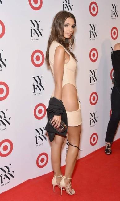 """Esse look diz muito sobre Emily Ratajkowski, a modelo mais sexy do momento. Sem uma asa de angel da Victoria's Secret, a inglesa virou sensação no Instagram ao postar fotos com pouca roupa. No tapete vermelho, ela também segue a linha """"quanto mais quente, melhor"""". Aqui, ela abriu mão da calcinha para roubar a cena num evento de moda de Nova York, nesta terça-feira Mike Coppola / AFP"""